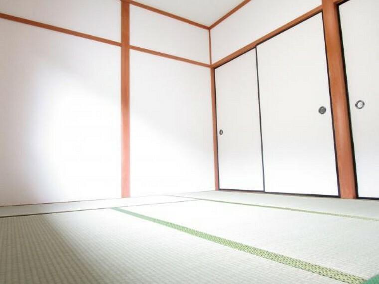 【リフォーム済】2階和室の別角度です。南向きで日当たり良好。押入れがあるのでお布団の収納もできますね。