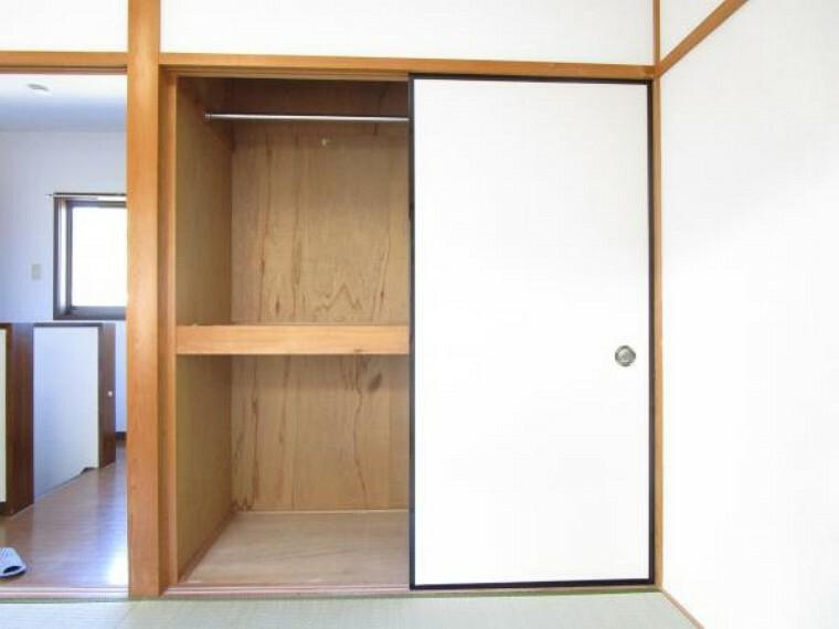 収納 【リフォーム済】2階和室の押し入れです。小屋裏点検口を設置しておりますのでもしもの時はこちらから様子を確認できます。