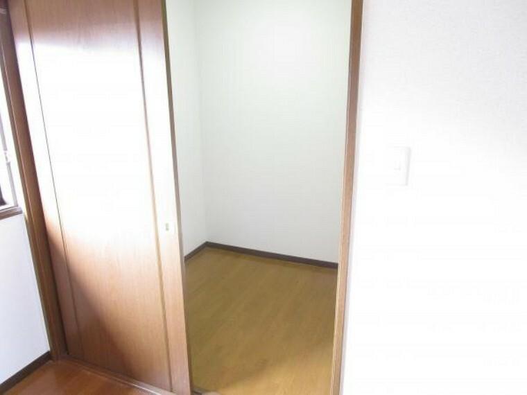収納 【リフォーム済】2階納戸です。壁と天井のクロス張り替え、床はクリーニングとワックスがけを行いました。ゴルフ道具など大きな物はこちらに収納できますね。