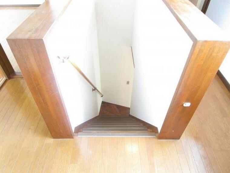 【リフォーム済】階段は壁と天井のクロス張り替え、床はクリーニングとワックスがけを行いました。手すりは強度を確認とクリーニング済です。