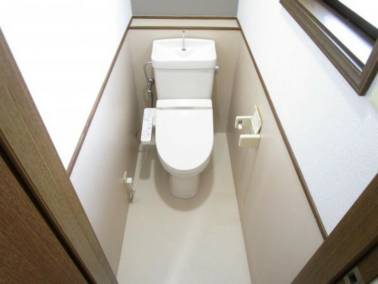 トイレ 【リフォーム済】2階にもトイレがあります。クリーニングを行い、動作・通水確認済です。トイレが2つあると朝の忙しい時間でも安心ですね。