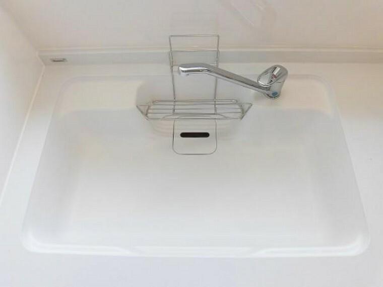 キッチン 【リフォーム済】新品交換のキッチンのシンクは汚れが付きにくく熱に強い人工大理石製です。天板とシンクの境目に継ぎ目がないのでお掃除ラクラク。キッチンをより清潔に保てます。