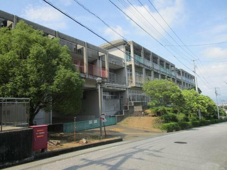 小学校 高知市立介良潮見台小学校まで約900m(徒歩13分)です。団地内に小学校があるので通学も安心ですね。