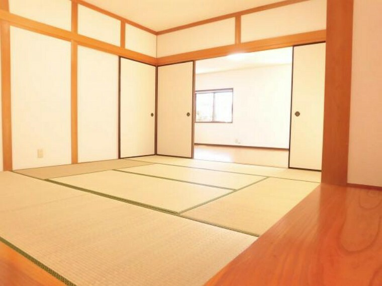 【リフォーム済】1階8帖和室です。畳の表替え、壁と天井のクロス交換を行いました。押入れがあるので収納にも困りませんね。