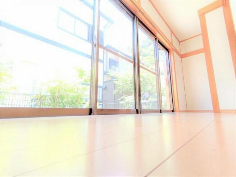 【リフォーム済】1階和室横の縁側です。ちょっと庭に出たり、日向ぼっこするのも良さそですね。直射日光が畳に当たらないようにする役割もあります。