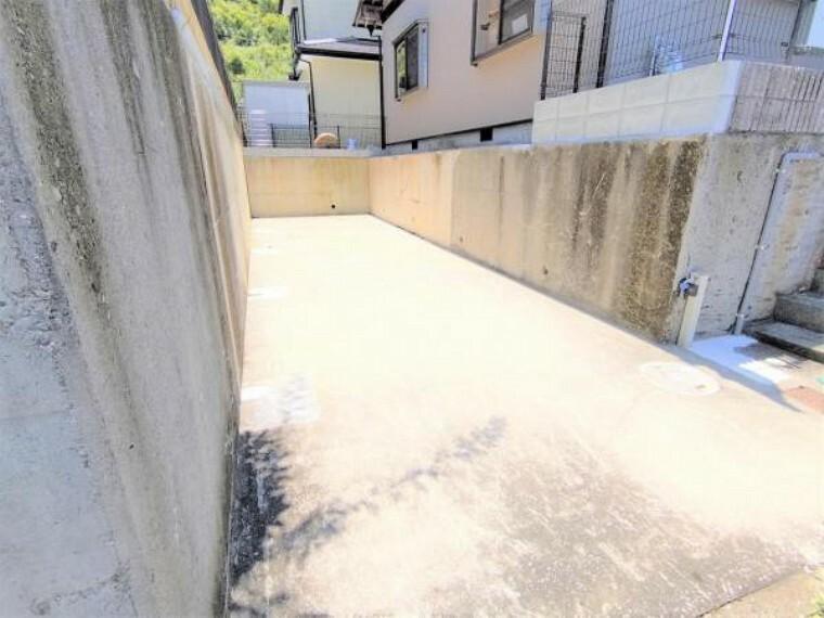 駐車場 【リフォーム済】堀車庫を解体し、普通車縦列2台駐車可能になりました。外水道もありますので車の洗車などもできますね。
