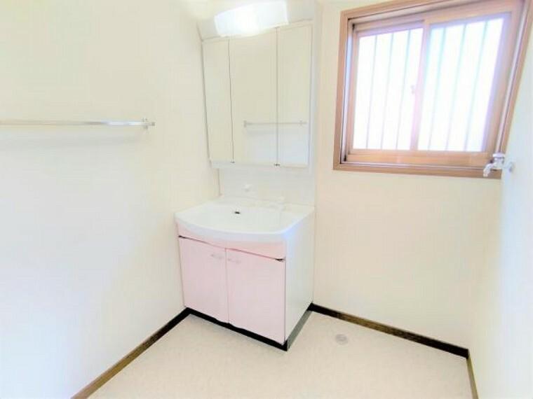 洗面化粧台 【リフォーム済】洗面所は壁と天井のクロス、床はクッションフロアの張り替えを行いました。洗面台はクリーニング・通電確認済ですので安心してお使いください。
