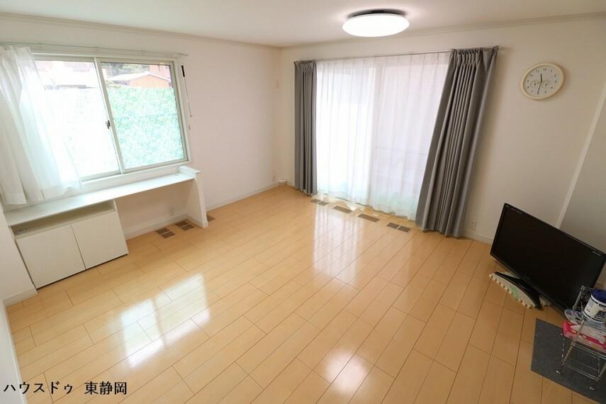 居間・リビング 16.4帖LDK。全館空調システムを搭載しており、玄関からリビングまで一定の室温を保つことができます。