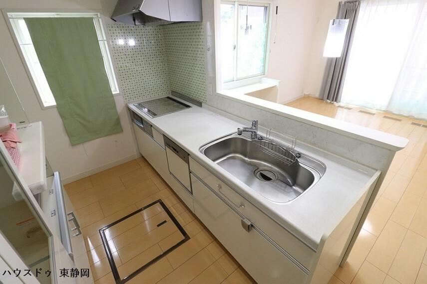 キッチン カウンタータイプのシステムキッチンです。食洗器付きなので面倒な皿洗いもボタン一つで負担軽減!
