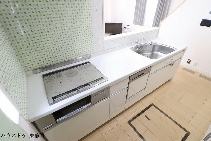 キッチン IHクッキングヒーターを使用しています。お子様でも安心してお料理が可能です。床下収納も備えています。