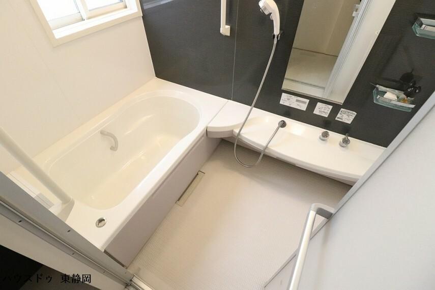 浴室 洗い場に幅のある浴室です。お子様と入っても余裕の広さ!オートバス機能付きのため湯張りが簡単