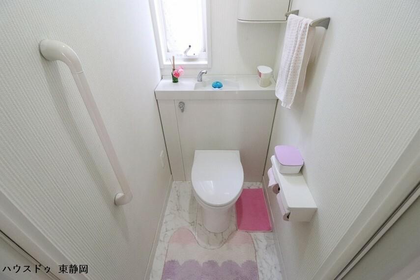 トイレ 洗浄機能付き便座!手すりを設置しているため、誰もが安心して利用できます。