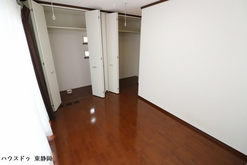 洋室 6.2帖居室。クローゼットが二つあるため、居室を広々と使用できます。南向きバルコニーへ出ることができます。物干し設備有り