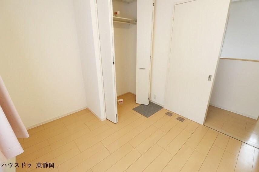 洋室 4.2帖居室。お子様が小さなうちは遊び場、大きくなったら個人の部屋として使用できます。