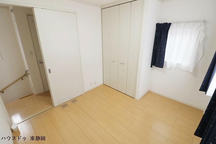 洋室 4.6帖居室。納戸の側のお部屋のため、季節家電などの収納が楽々