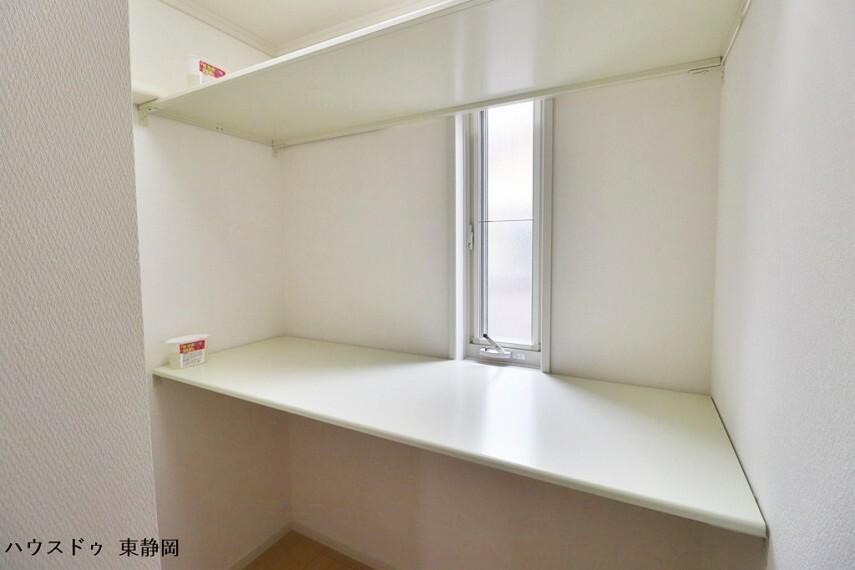 作業スペースとしても使用できる納戸。窓があるため湿気を逃がすこともできます。棚のおかげで立体的な収納が可能です。