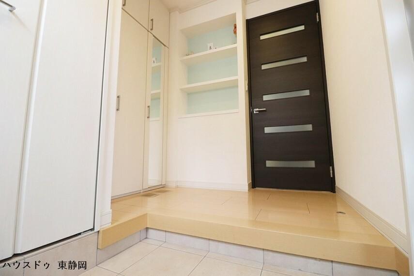 玄関 玄関はタタキ部分も広く、クロークにはベビーカーなどの大きなものも簡単に収納ができます。