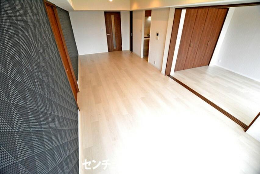 居間・リビング アクセントクロスがオシャレな空間です! 家具の配置次第ではダイニングとリビングを分けることができ、生活にメリハリがつけられますね!