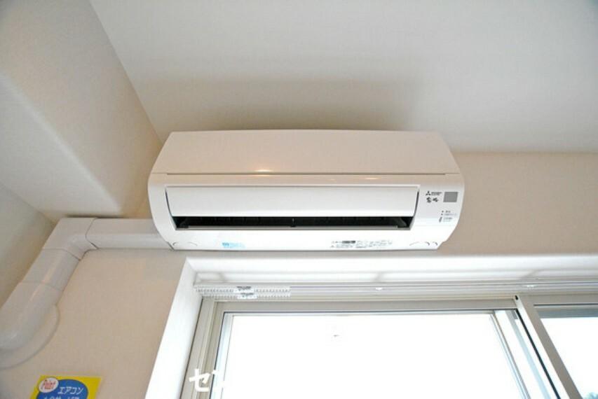 専用部・室内写真 リビングには嬉しいエアコン付きです!新規設置したのでピカピカです!