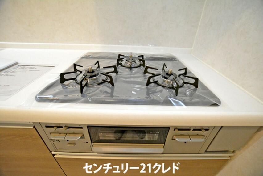 キッチン 自分の身支度・お子様のお弁当作り・お掃除、、、朝の時間はやる事いっぱいですよね!そんな朝にも大活躍!効率良くお料理していただける3口コンロを標準装備!