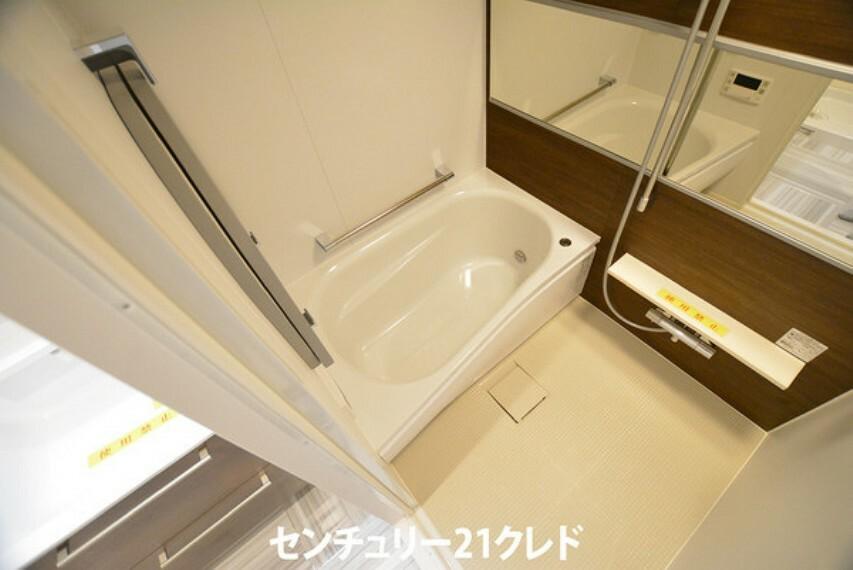 浴室 足を伸ばして入れるサイズの浴槽は1日の疲れを癒すのに嬉しい広さですね! また、お子様と一緒の入浴も十分な広さです!1年中快適に過ごせる浴室ですてきなリラックスタイムを!