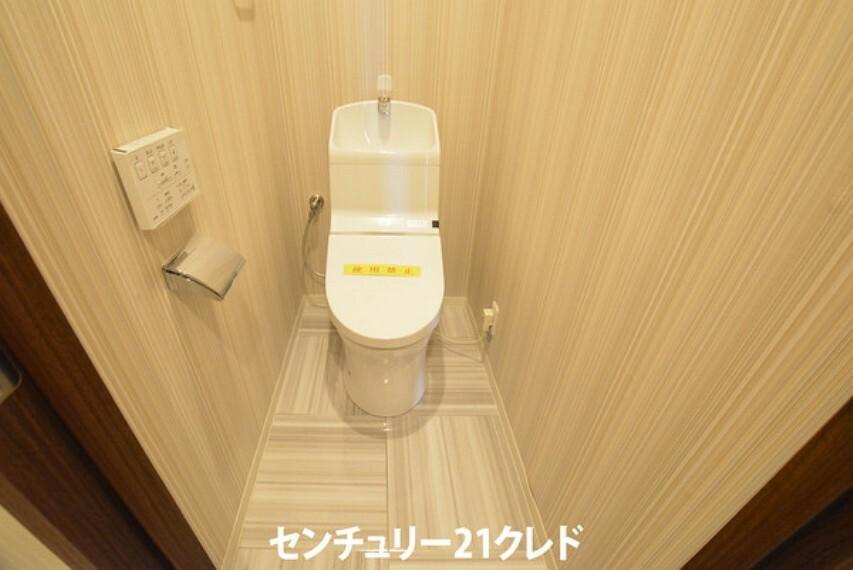 トイレ 美しい曲線のトイレは、隙間にホコリが溜まりにくい形状です!リモコンも壁に設置し衛生的にも嬉しい仕様ですね!プライベートな時間だからこそスタイリッシュで機能性が充実した空間をご用意いたしました!