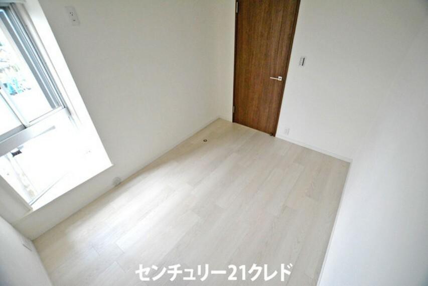 寝室 4.5帖の洋室です!全居室収納完備です!クローゼットにはハンガーラックが付いているので大切なお洋服にシワをつけることなく収納していただけます!