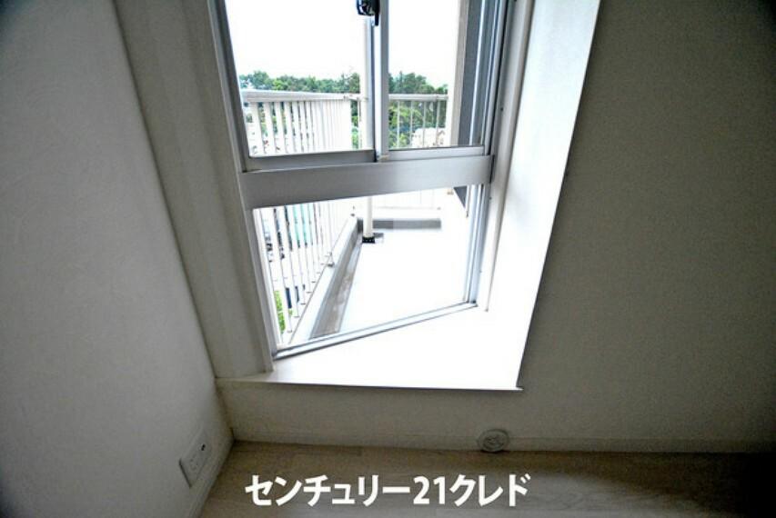 寝室 4.5帖の洋室には出窓がございます!バルコニーに面しているのでお部屋を明るくします!天気のいい日には窓際に腰掛けて読書をするのもオシャレですね!
