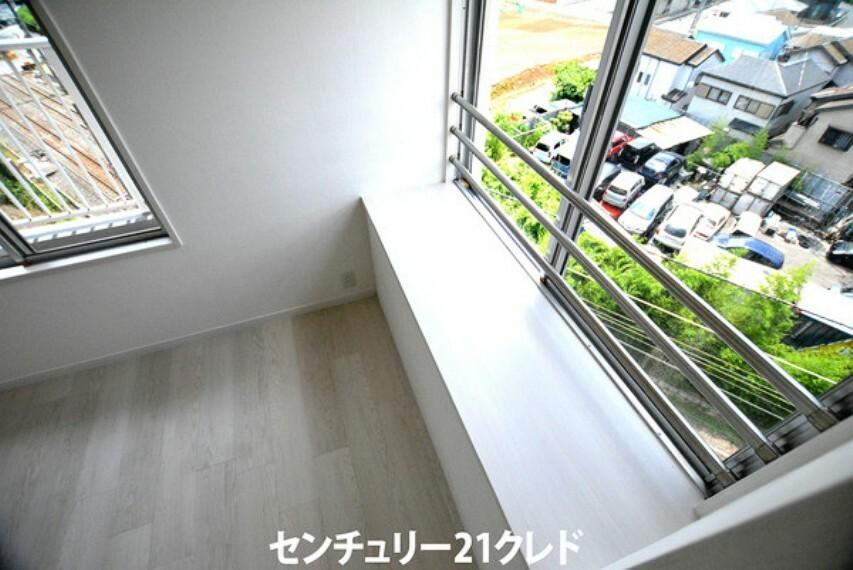 子供部屋 洋室5.3帖の出窓です!ぬいぐるみなどお子様の好きなインテリアを置いたり、ちょっとした棚としてもお使い頂けます!