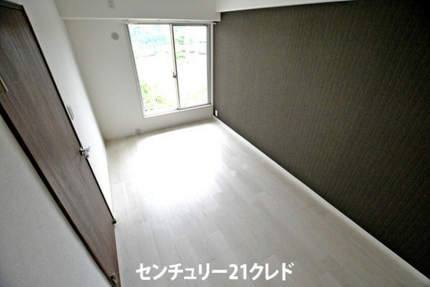 寝室 6.1帖の洋室です!ダークグレーのアクセントクロスがお部屋の雰囲気を引き締め、より一層おしゃれなお部屋になりますね!