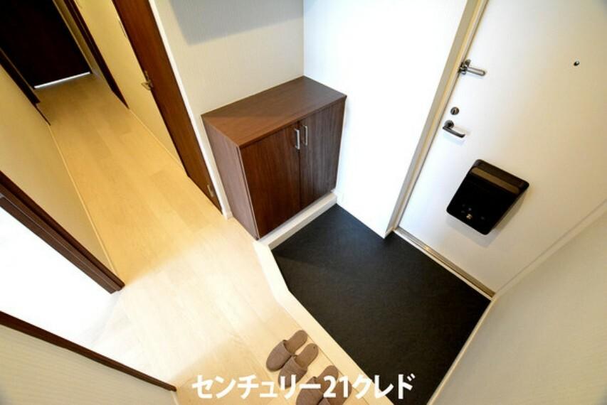 玄関 シックな色合いの玄関です!アイボリーのフローリングが映えますね!シューズボックスも家族分しっかり収納出来ます!