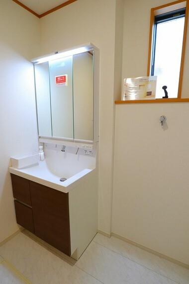 洗面化粧台 洗面所 便利な三面鏡付きの洗面台  小窓付きで換気もバッチリです