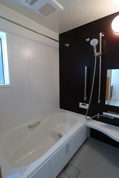 浴室 浴室 ゆったり1坪タイプのバスルーム  小窓付きで換気もバッチリです