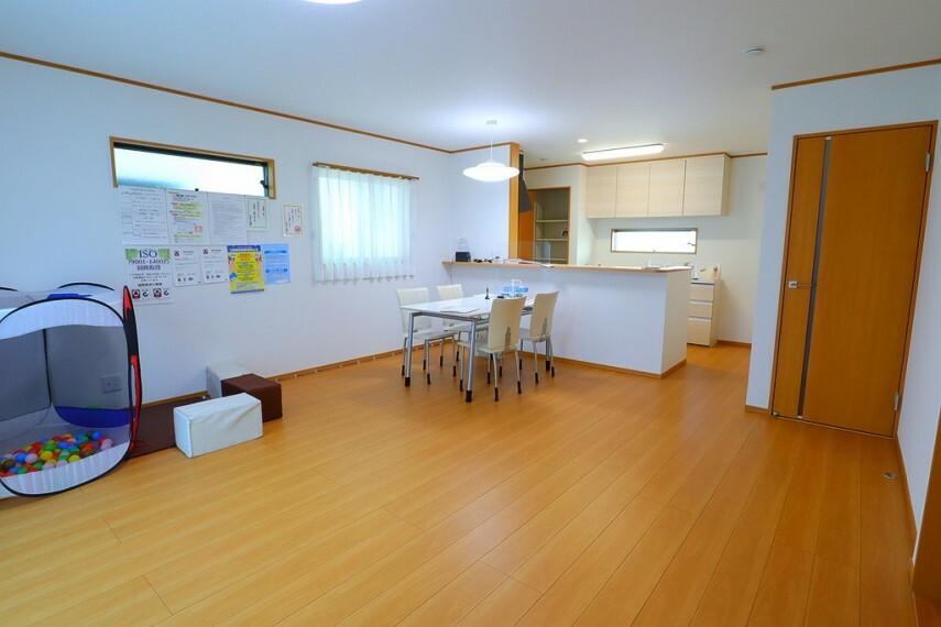 居間・リビング リビング 南向きで明るいリビング  リビング横には使い勝手の良い和室もあります