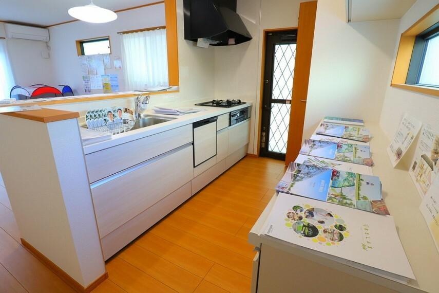 キッチン キッチン 対面式で明るいキッチン  便利な勝手口付きです
