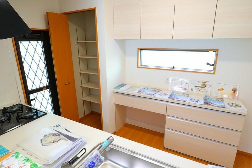 キッチン キッチン 統一感のあるキッチン収納  広々とした作業台で料理もはかどります