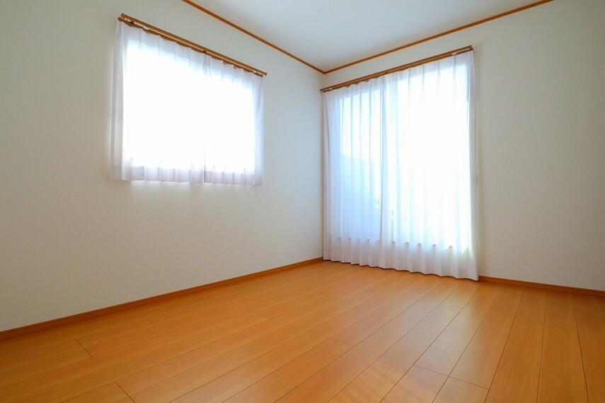 洋室 洋室 全室2面採光で通風・採光もしっかり確保! 全室収納付きです