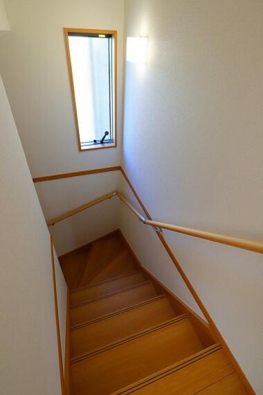 階段 小さなお子様からご年配の方まで安心の手すり付き階段  階段中央には窓もあります
