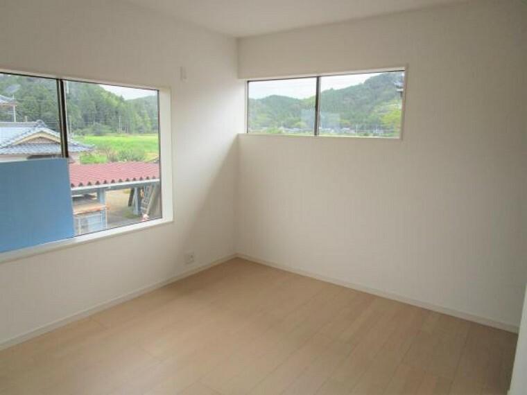 【リフォーム中】2階6.5畳プラスウォークインクローゼット付きの洋室です。床は新品の床材を貼り、壁、天井はクロス張り替え、クローゼットを新設しました。