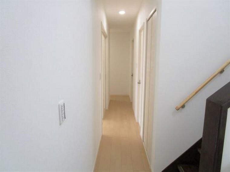 【リフォーム済】廊下は明薄めに色の床材と白の建具の使用により明るく変化しました。