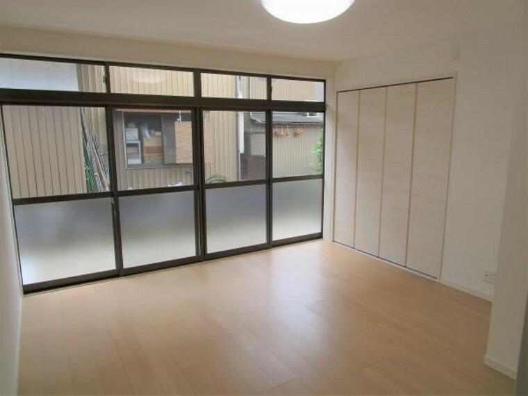 【リフォーム済】1階の7畳の洋室です。床は新品の床材を貼り、壁、天井はクロス張り替え、クローゼットを新設しました。
