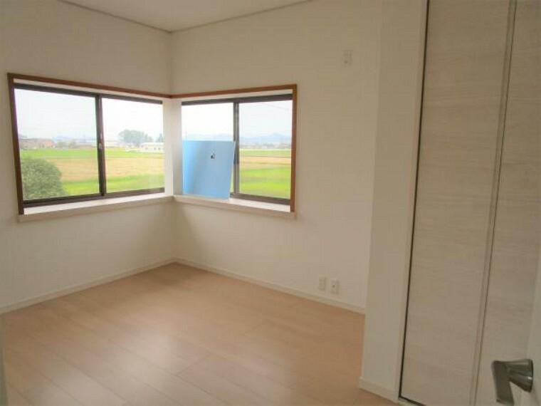 【リフォーム済】2階の5.5畳の洋室です。床は新品の床材を貼り、壁、天井はクロス張り替え、クローゼットを新設しました。