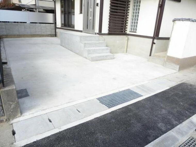 駐車場 (リフォーム済)門と倉庫を撤去して駐車スペースにしました。縦列2台分駐車可能です。土間コンクリートを打設済ですので草抜き等のメンテナンスもいらず管理が楽ですよ。