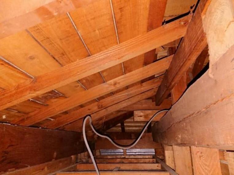 構造・工法・仕様 中古住宅の3大リスクである、雨漏り、主要構造部分の欠陥や腐食、給排水管の漏水や故障を2年間保証します。その前提で屋根裏まで確認の上でリフォームし、シロアリの被害調査と防除工事もおこなっています。