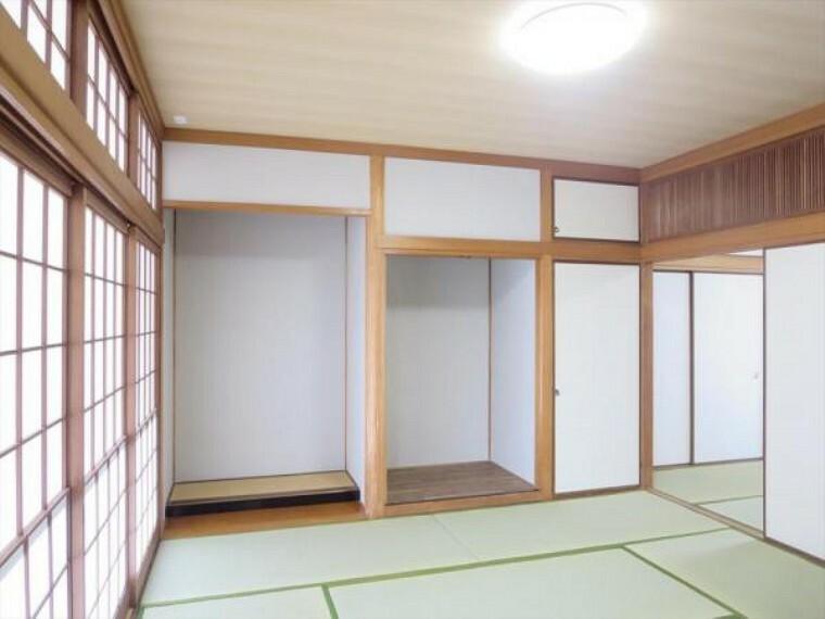 (リフォーム済)1階8畳和室は天井・壁をクロス貼りにし、畳の表替えと障子及び襖の貼替を行いました。新しい畳の匂いにいやされる空間に仕上がりました。