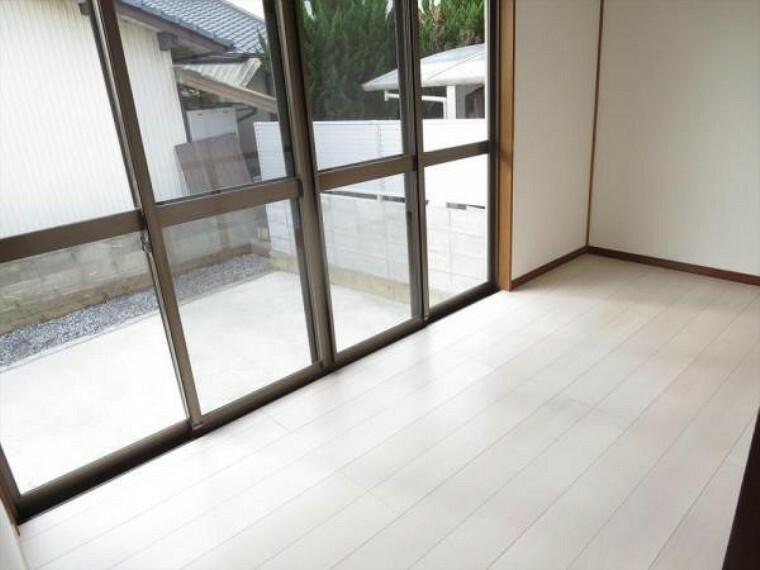 (リフォーム済)広縁は床材を貼替し、照明器具を交換しました。冬場のひなたぼっこや雨の日の物干し場としても重宝しそうですね。
