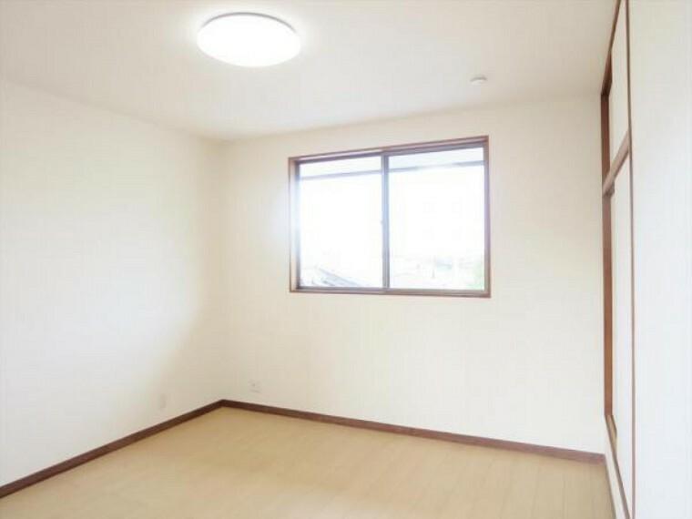 (リフォーム済)2階8帖洋室は天井・壁のクロスを貼替し、床材を重ね貼りしました。1間の物入がありますので、お部屋の片づけもしやすいですよ。