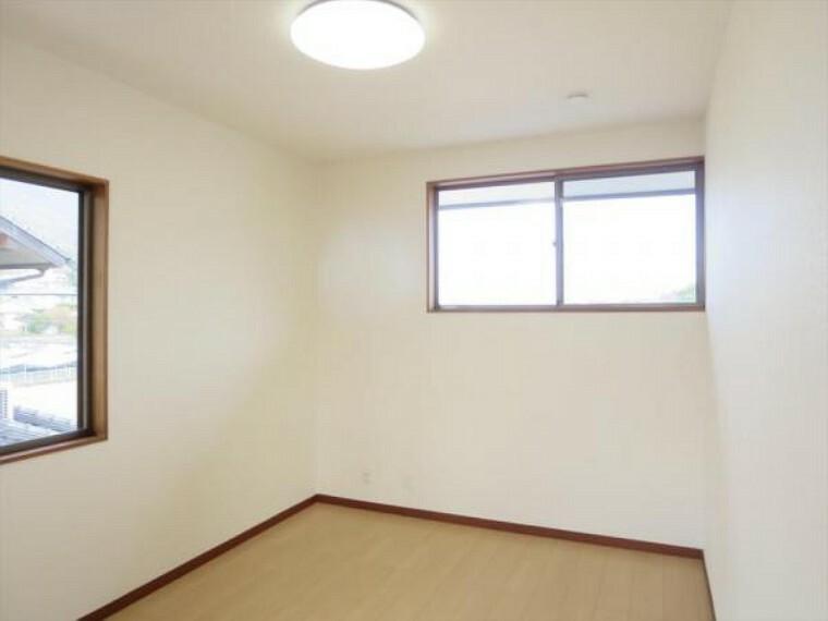 (リフォーム済)2階6帖洋室は天井・壁のクロスを貼替し、床材を重ね貼りしました。2面採光で風通しも良いお部屋です。