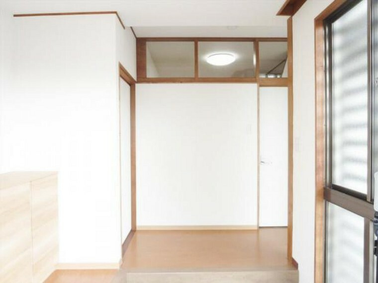 玄関 (リフォーム済)玄関ホールは天井・壁のクロスと床材を貼替しました。家に帰ると木の温かみを感じさせる玄関先がお出迎えしてくれますよ。