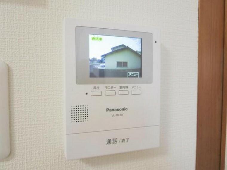 防犯設備 (リフォーム済)インターホンはテレビモニターつきドアホンに交換し、LDKに設置しました。来客の顔を見て応対できますのでお子様のお留守番時にも心強いですね。